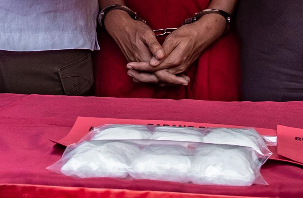 Kapolrestabes Semarang Kombes Pol Abioso Seno Aji (kedua kanan) menunjukkan sejumlah barang bukti pengungkapan kasus peredaran narkoba jenis sabu-sabu, di Semarang, Jawa Tengah, Selasa (9/4/2019).