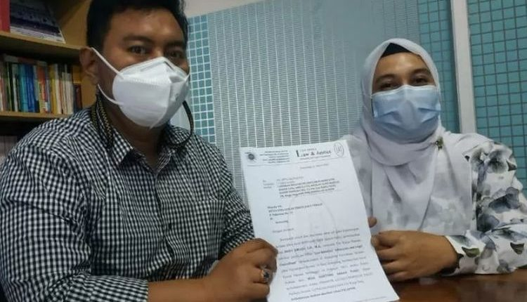 Kuasa hukum pengusaha termohon gugatan pailit Dodi Ariadi menunjukkan surat pengaduan ke Mahkamah Agung