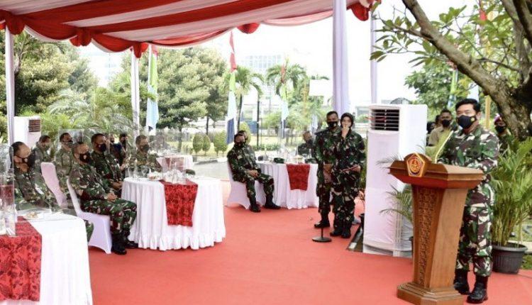 Panglima TNI Marsekal TNI Hadi Tjahjanto (kanan) memberi sambutan pada acara peletakan batu pertama peresmian renovasi Museum Satria Mandala di kompleks Pusat Sejarah TNI