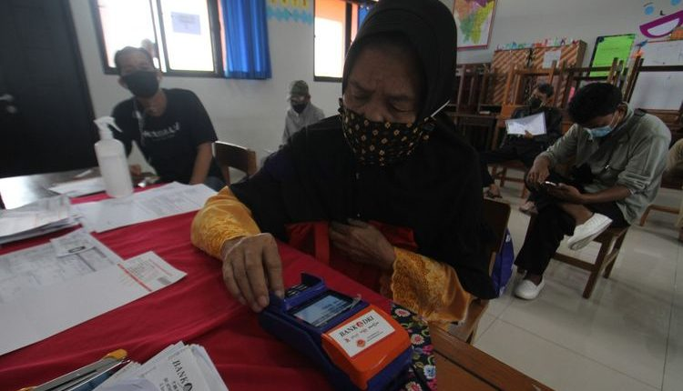 Penyaluran bansos tunai di SMPN 3 Jakarta
