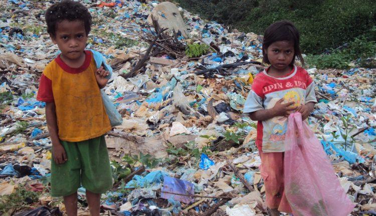 Sejumlah anak berada di rumah mereka di Kawasan Pemukiman Pemulung