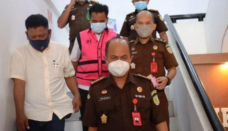Tersangka BE dikawal tim penyidik dari Kejati Sulbar