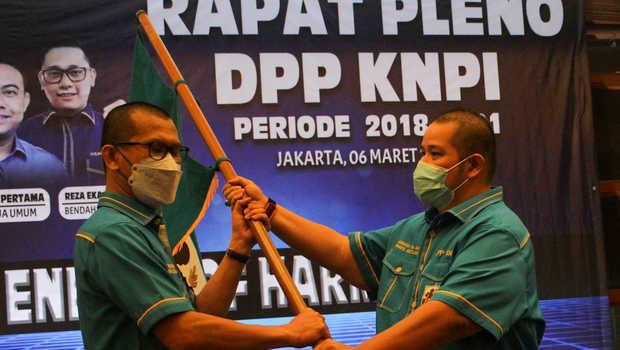 Wakil Ketua Umum DPP KNPI, Ahmad Andi Bahri (dua kiri), menyerahkan bendera pataka KNPI kepada Mustahuddin
